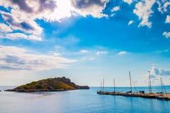 Yachthafen mit Insel Stockfoto