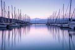 Yachthamn i solnedgång Royaltyfri Bild