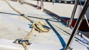 yachting Blok met kabel Detail van varende boot stock afbeeldingen