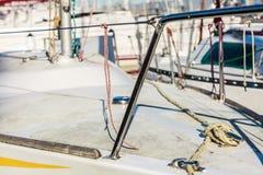 yachting Blok met kabel Detail van varende boot stock afbeelding