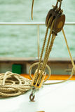 yachting Bloque con la cuerda Detalle de un barco de navegación Foto de archivo libre de regalías