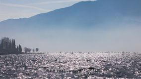 yachting Landschapspanorama met jacht sailer schip die door meer of overzeese golven varen in de zonzonnestralen van de avondzons stock afbeelding