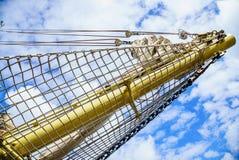 yachting Mast van zeilboot tegen blauwe hemel royalty-vrije stock afbeeldingen