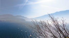 yachting Panorama da paisagem com navigação do navio do sailer do iate por ondas do lago ou do mar em nivelar raios de sol do sol imagens de stock royalty free