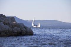 yachting Un pequeño yate debajo de la vela en el depósito Imagenes de archivo