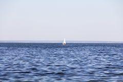 yachting Un pequeño yate debajo de la vela en el depósito Fotos de archivo