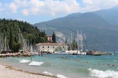 Yachtjachthafen mit dem historischen Haus Riva del Garda Stockfoto