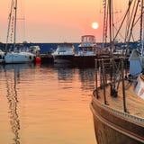 Yachtklubba på solnedgången royaltyfri bild