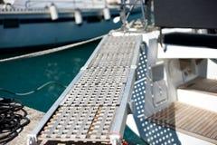 Yachtlogiramp i marina Arkivbild
