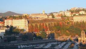 Yachtparken im Hafen und in der Stadt Savona, Italien stock video