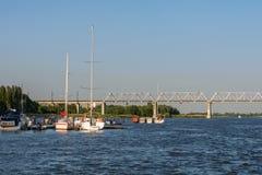 yachtparkering på floden royaltyfria bilder