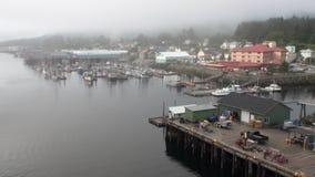 Yachtpir på bakgrund av landskapstillhetvatten av Stilla havet i Alaska stock video