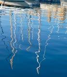 Yachtreflexionen i vattnet av den Dahla tad-varv fjärden, mor royaltyfri foto