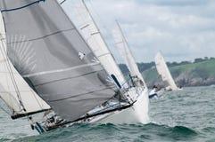 Yachtrennen in den Wellen Lizenzfreie Stockfotografie