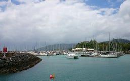 Yachts à l'île, océan Photo libre de droits