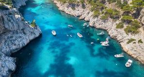 Yachts à la mer dans les Frances Vue aérienne de bateau de flottement de luxe sur l'eau transparente de turquoise au jour ensolei photo stock