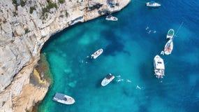 Yachts à la mer dans les Frances Vue aérienne de bateau de flottement de luxe sur l'eau transparente de turquoise au jour ensolei photo libre de droits