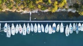Yachts à la mer dans les Frances Vue aérienne de bateau de flottement de luxe sur l'eau transparente de turquoise au jour ensolei image stock