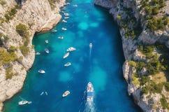 Yachts à la mer dans les Frances Vue aérienne de bateau de flottement de luxe sur l'eau transparente de turquoise au jour ensolei images libres de droits