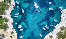Yachts à la mer dans les Frances Vue aérienne de bateau de flottement de luxe sur l'eau transparente de turquoise au jour ensolei photos stock