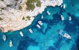 Yachts à la mer dans les Frances Vue aérienne de bateau de flottement de luxe sur l'eau transparente de turquoise au jour ensolei photographie stock