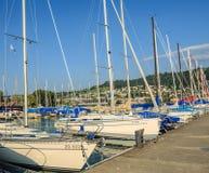 Yachts à un pilier sur le lac Zug en Suisse images libres de droits