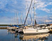 Yachts accouplés au coucher du soleil photographie stock libre de droits
