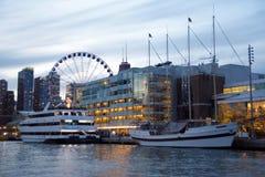 Yachts accouplés au pilier de marine au coucher du soleil Chicago, l'Illinois images stock