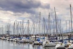 Yachts accouplés dans la baie de marina images libres de droits