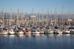 Yachts amarrés à quai à la marina Photo stock