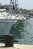 Yachts amarrés à quai images stock