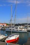 Yachts amarrés dans la marina Photographie stock libre de droits