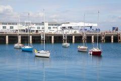 Yachts ancrés à la marina Photographie stock