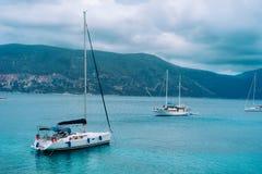 Yachts ancrés près du beau rivage grec, un jour obscurci en été, côtier, voyage, concept de vacances images libres de droits