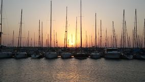 Yachts au pilier au coucher du soleil clips vidéos