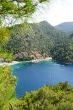 Yachts au pilier et à la plage sur la station de vacances turque méditerranéenne Image stock
