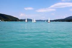 Yachts avec les voiles blanches photographie stock