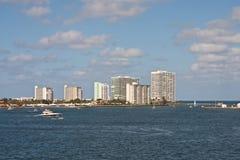 Yachts blancs à travers des tours de logement Photographie stock libre de droits