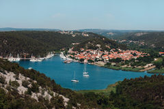 Yachts blancs dans la baie contre le contexte de la belle ville Images libres de droits
