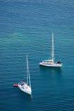 yachts blancs de la mer deux bleus Photographie stock libre de droits