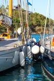 Yachts classiques et amortisseurs amarrés à Falmouth Images libres de droits
