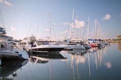 Yachts d'amarrage avec la réflexion Photo stock