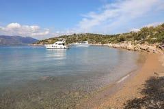 Yachts d'heure d'été beaux ancrant en île Grèce de Poros de baie d'amour Photos stock