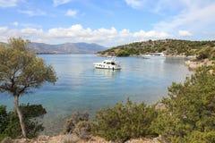 Yachts d'heure d'été beaux ancrant en île Grèce de Poros de baie d'amour Photos libres de droits