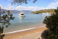 Yachts d'heure d'été beaux ancrant en île Grèce de Poros de baie d'amour Photo libre de droits
