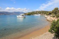 Yachts d'heure d'été beaux ancrant en île Grèce de Poros de baie d'amour Photographie stock