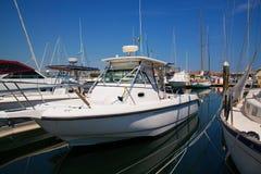 Yachts dans l'attente de port photos stock