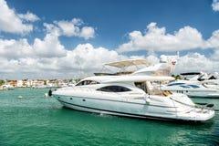 Yachts dans la baie avec le ciel nuageux Photos libres de droits