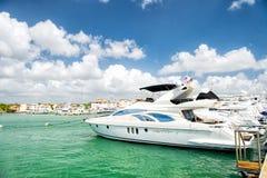 Yachts dans la baie avec le ciel nuageux Photo stock