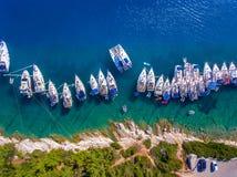 Yachts dans la baie de Fiskardo sur l'île Grèce de Cephalonia Photos stock
